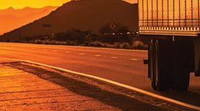 stub-iSt_41493268_XXXL_truck-on-highway-at-sunset_SUPERLOAD-Routing